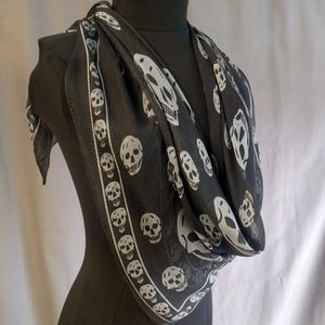 Alexander McQueen Accessories - Beautiful large scarf in Silk Chiffon. Pre-owned